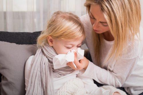 Obrazek do artykułu o grypie - mama pomaga wydmuchać nos córce